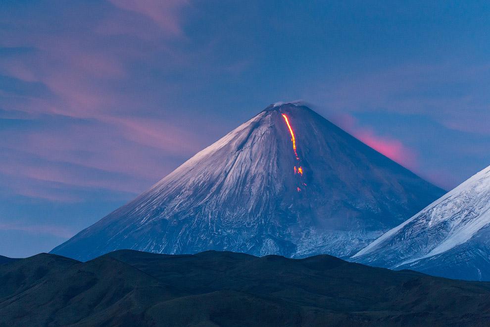6. Когда на долину опустилась ночь, извержение стало более красочным. Ниже по склону лавовый по