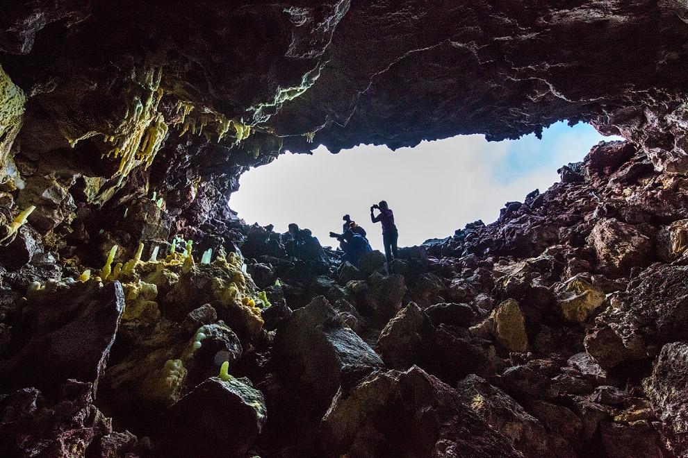 10. На входе в одну из самых больших пещер, дождевая вода, проникающая внутрь сквозь многометро