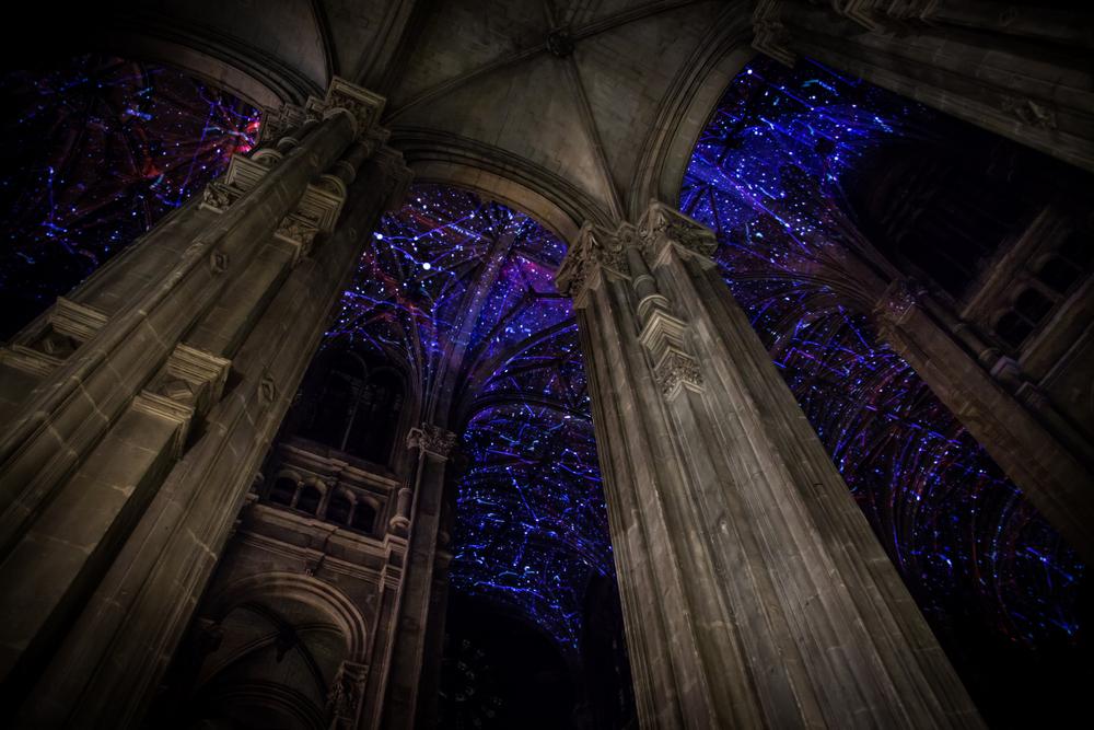 Световые проекции в католической церкви в Париже