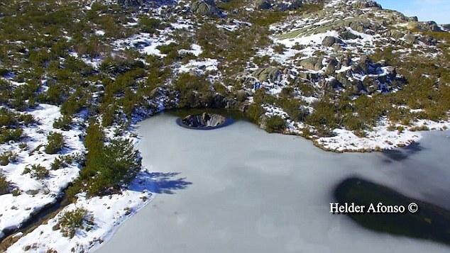 Портал в другое измерение: секрет воронки на горном озере в Португалии (7 фото)