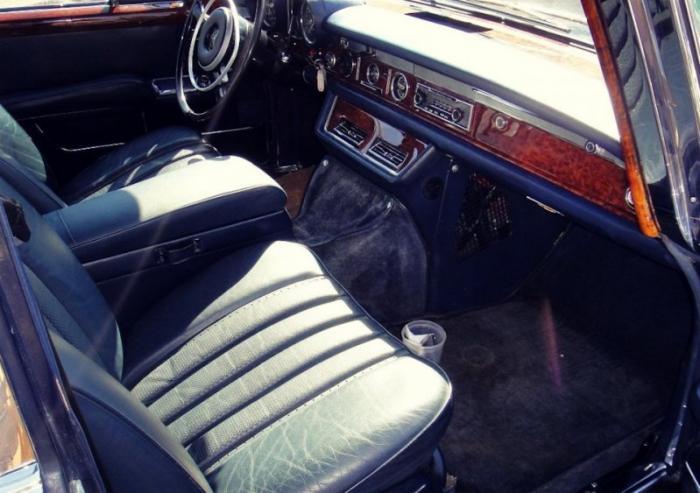 Автомобиль, который собирался вручную, имел два типа кузова: