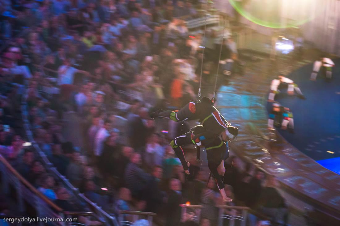 Актер пару раз «срывался» с каната прямо над зрителями, заставляя зал кричать от неожиданности: