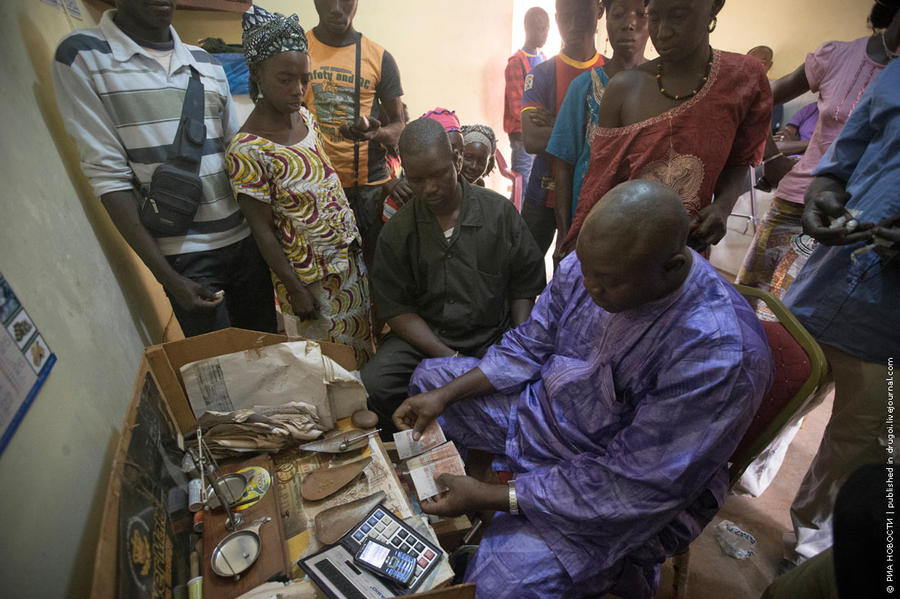 23. Один из местных барыг меняет золото на денежные знаки. К нему стоит очередь из золотоискателей.