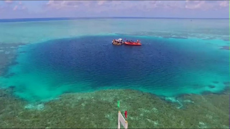 Самая большая голубая дыра в мире (5 фото)
