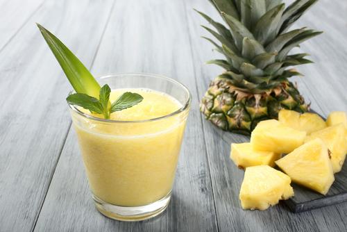 Ингредиенты: 2 стакана ананасового сока 2 столовые ложки алоэ вера гель 3 листочка мяты 1 лайм,