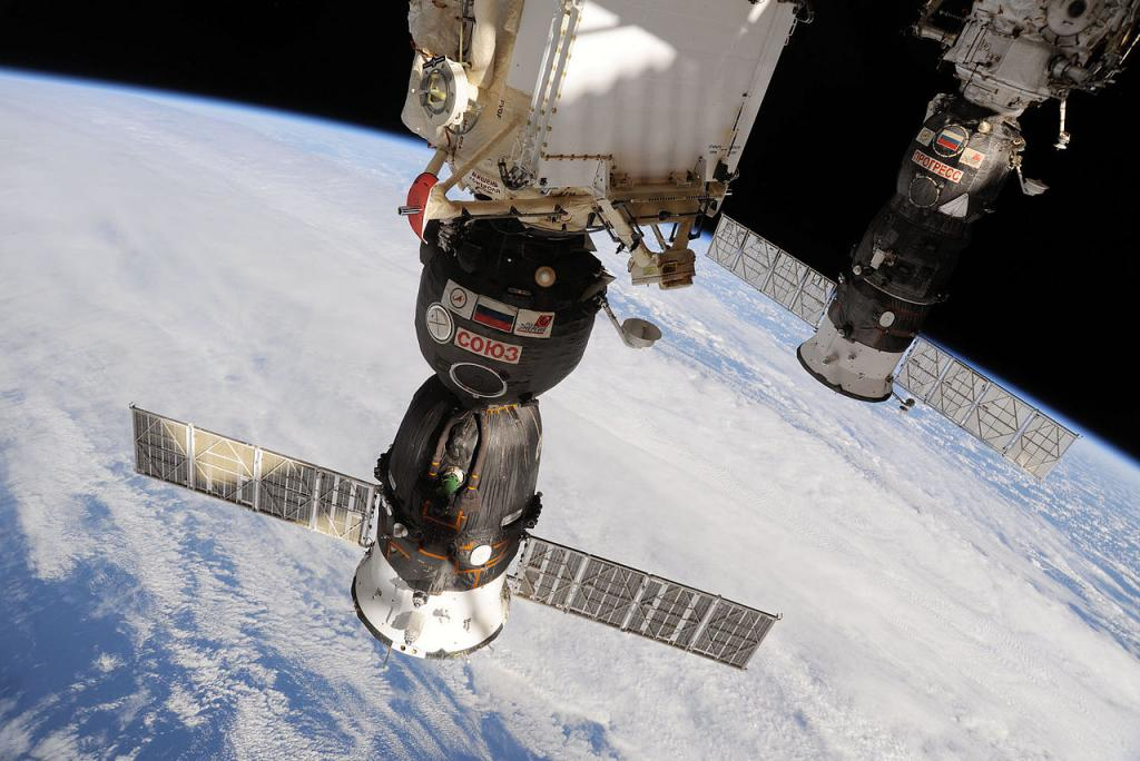 Союз TMA-19, пристыкованный к исследовательскому модулю «Рассвет» (NASA)