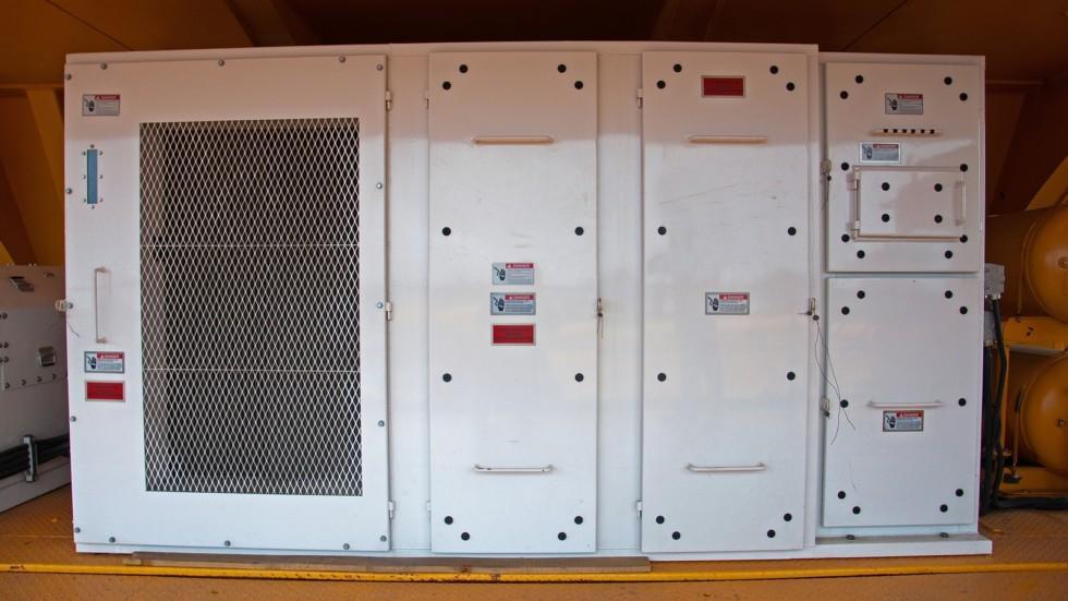 Слева от шкафа – уже упомянутая система принудительного воздушного охлаждения тормозных резист
