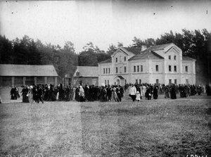 Толпы прихожан, пришедших на богомолье, во дворе монастыря.