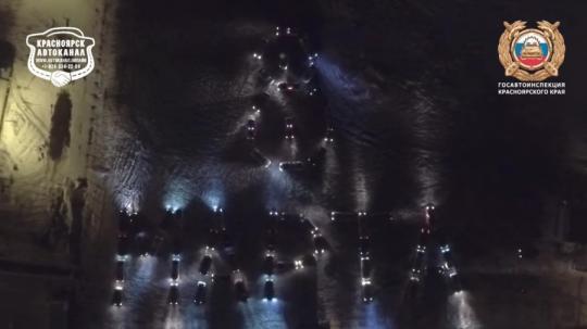 ВКрасноярске рабочие ГИБДД иавтолюбители изобразили 8марта измашин