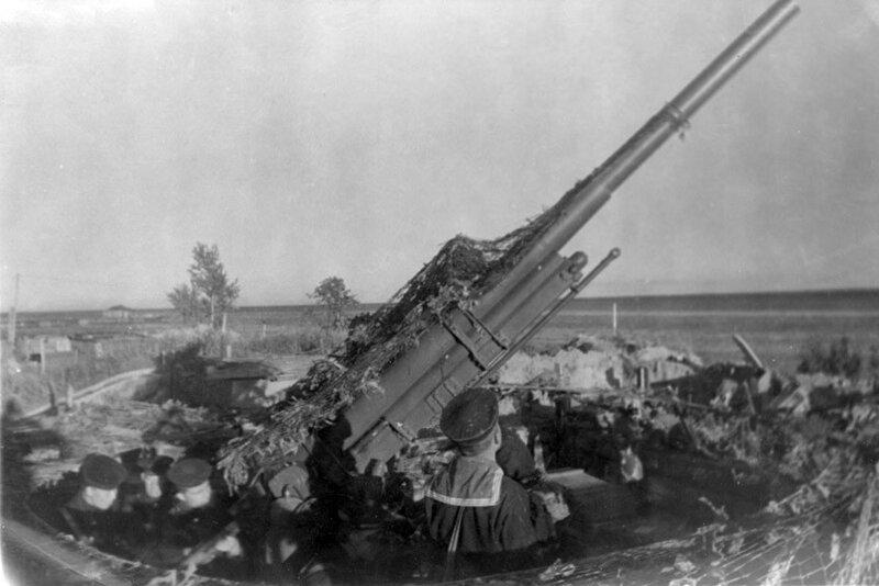 2-й гвардейский зенитный полк в обороне Кронштадта. На одной из позиций, оснащенной 85-мм зенитным орудием. Август 1942 г.