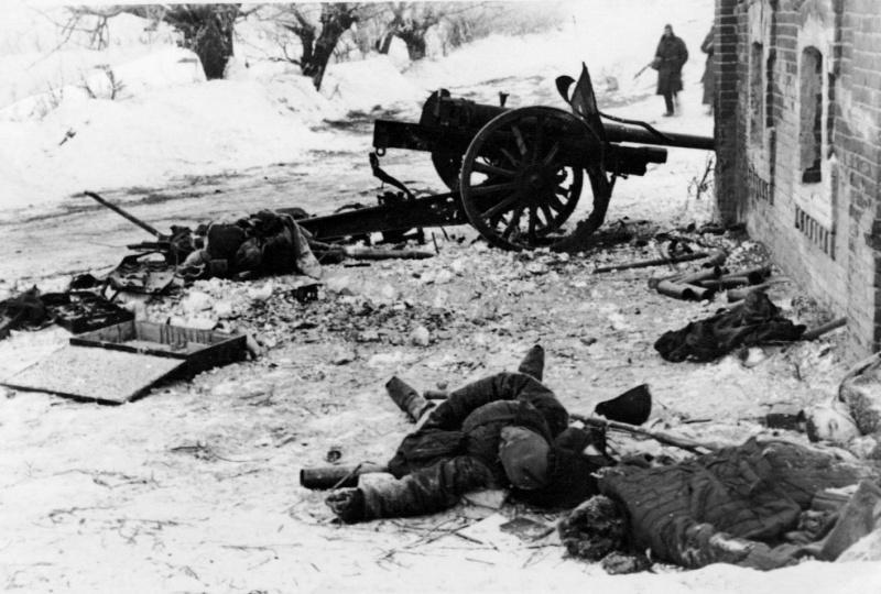 Разбитая сов. 76-мм дивиз. пушка образца 1933 года и ее погибший расчет.jpg