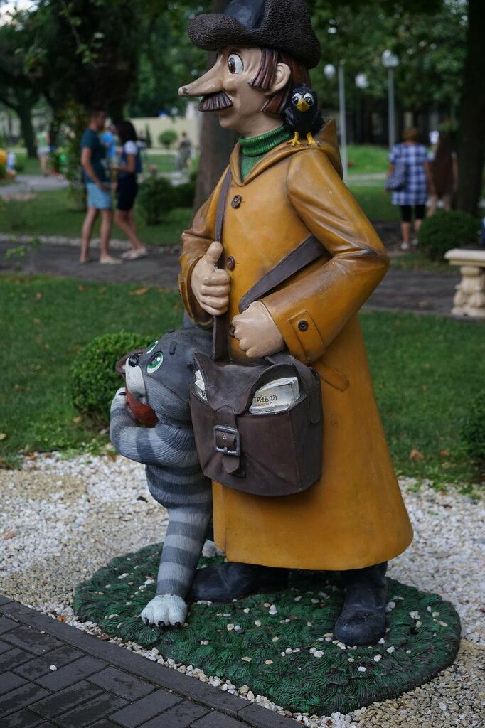 Скульптуры почтальон Печкин и кот Матроскин (Город Сказок, г.Геленджик)