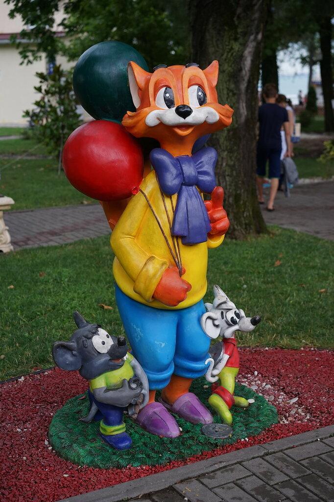 Скульптуры кот Леопольд и мыши (Город Сказок, г.Геленджик)