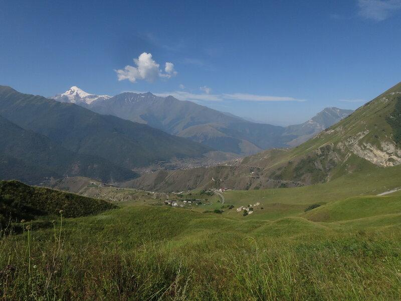 По пути на Столовую гору. Вид на Джейрахское ущелье и Казбек