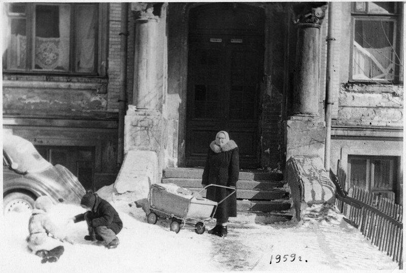 Дворик в Вознесенском переулке, бабушка и дети
