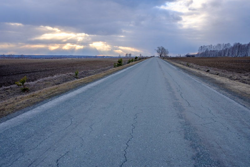 асфальтированная дорога в трещинах