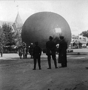 Воздушный шар перед зданием зверинца