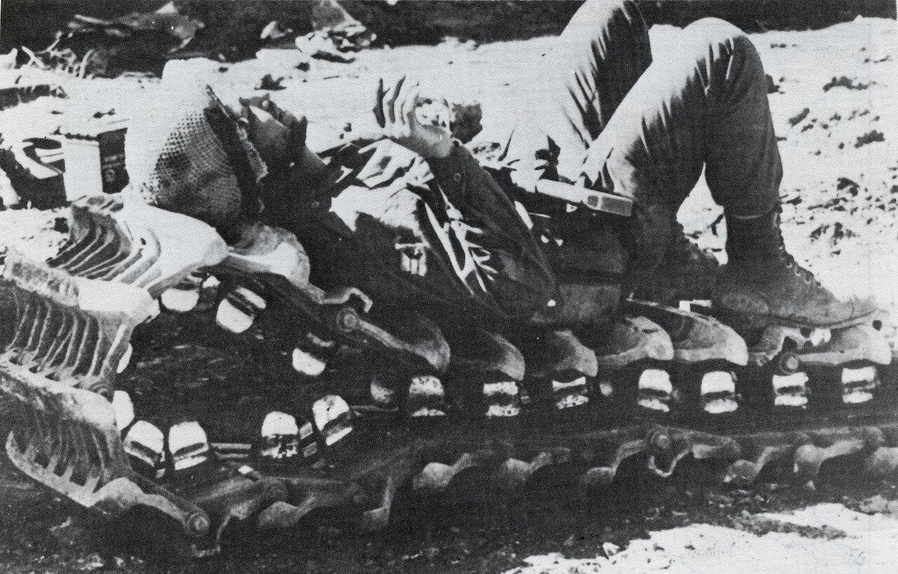 Израильский солдат отдыхает на гусенице танка