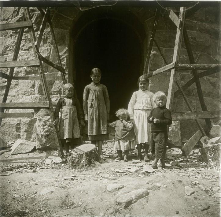 1906. Дети сторожа смотровой башни. Финляндия, около Куопио