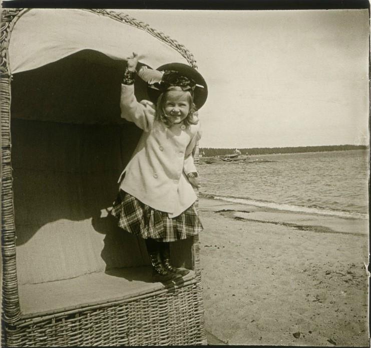 1906. Соня, крестница А.в. Живаго, в пляжной кабинке. Финляндия, Ханко