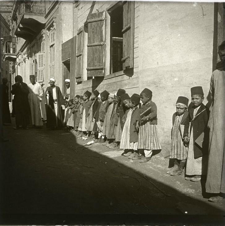 1909. Учитель любезно согласился вывести мальчуганов на улицу, и когда я ему дал деньги на сладости, дети что-то прокричали хором. Египет, Каир