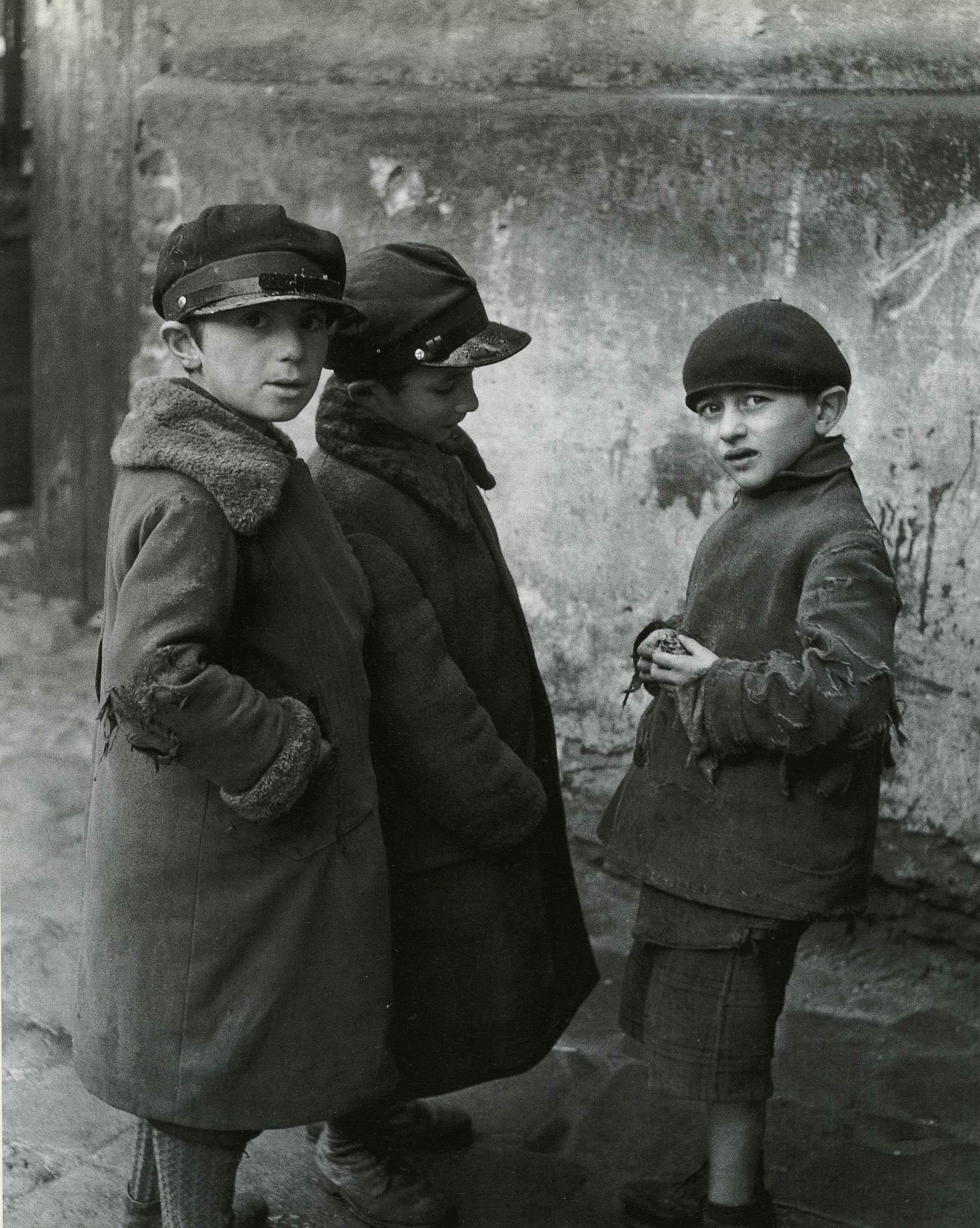 Еврейские мальчики подозрительны к чужим людям (фрагмент)