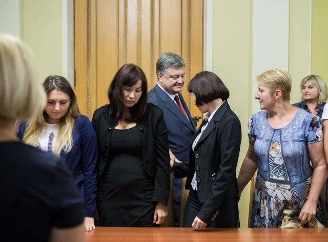 """""""Мы будем бороться за их скорейшее освобождение"""": Порошенко встретился с семьями пленных украинцев. ФОТОрепортаж"""