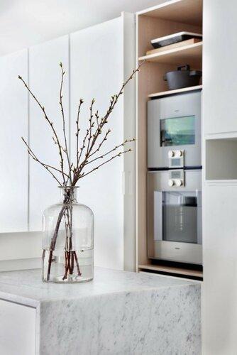 Минималистический дизайн кухни с яркими акцентами