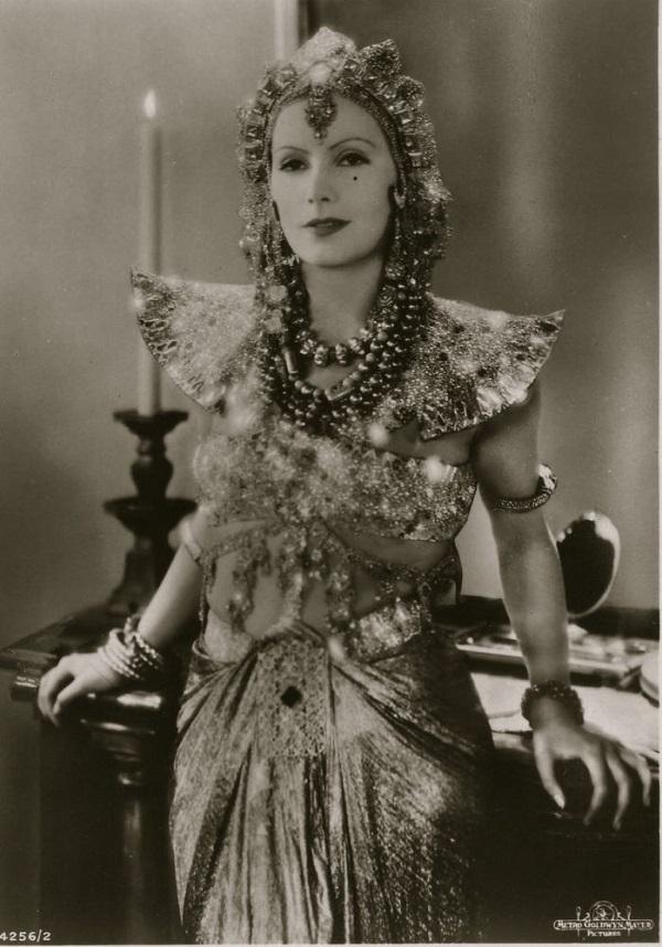 Под псевдонимом Мата Хари (по-малайски «глаз дня», то есть «солнце») известна голландская танцовщица
