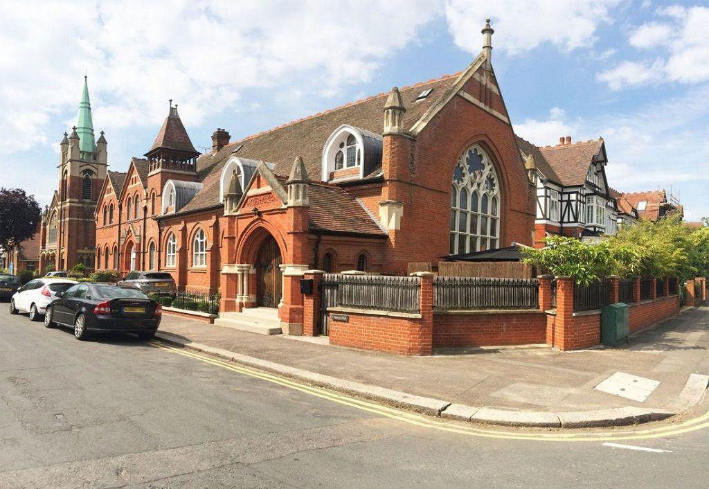 7. Потрясающий аутентичный фасад здания указывает на то, что когда-то это была церковь. Архитекторы