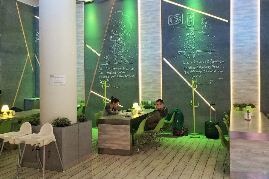 17. Сиденья в зале ожидания удобные, без средних подлокотников, поэтому на них удобно не только