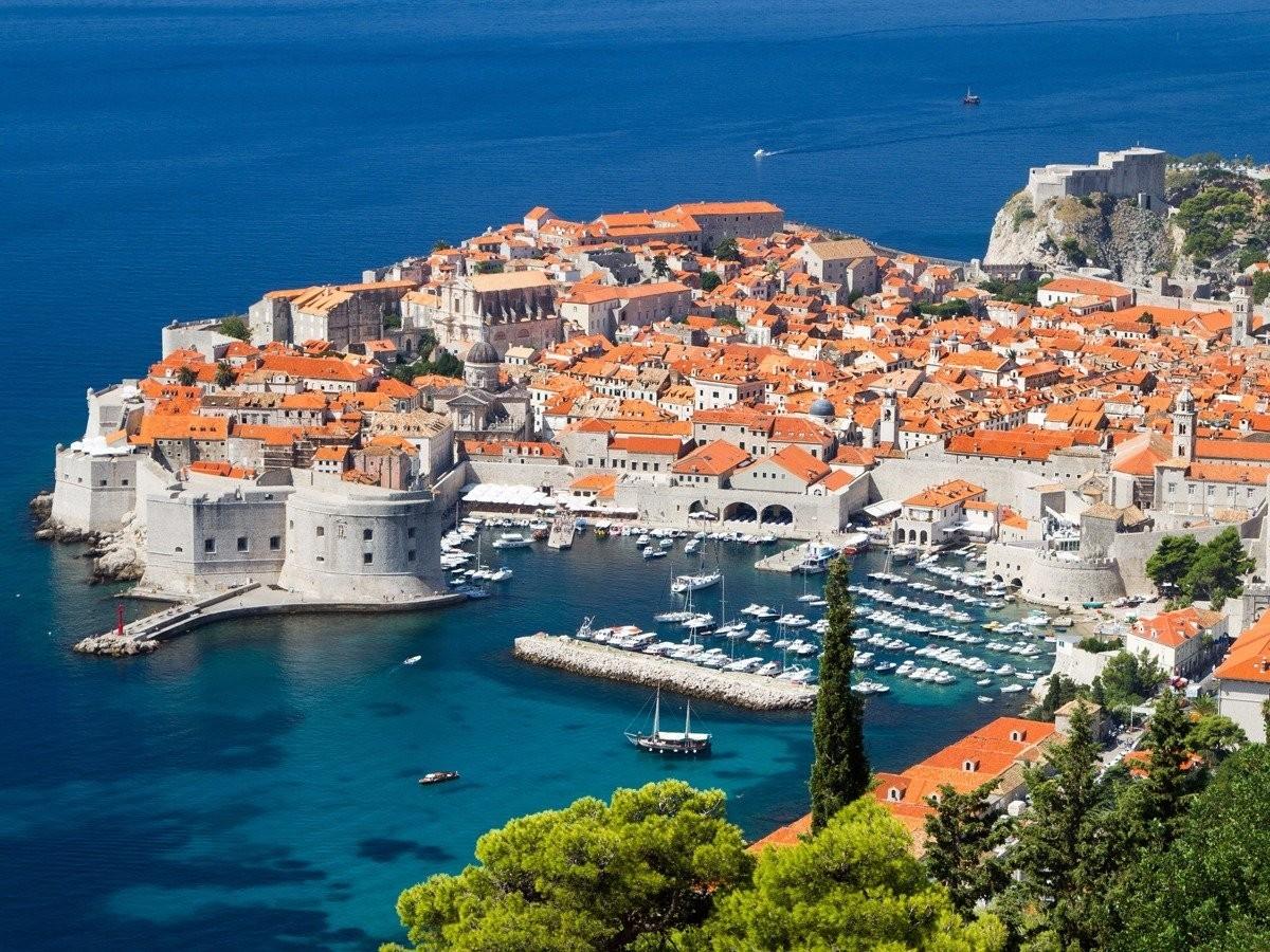 В Дубровнике, это Хорватия, есть отличные маршруты для походов, древние крепости и роскошные пляжи с