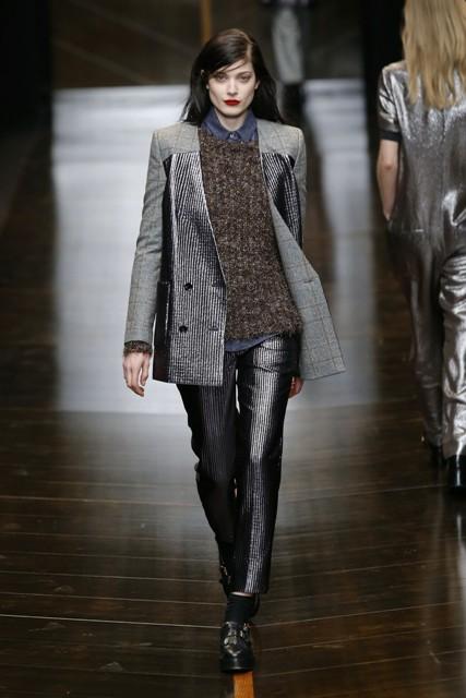 Объемные шубы и длинноворсового меха или модной нынче овчины и длинные меховые пальто лучше всего но