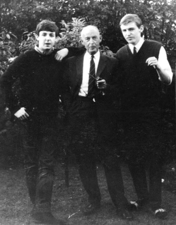 Пол Маккартни, его отец Джеймс и брат Майкл дома в Ливерпуле в 1961 году. К 15 годам Маккартни встре