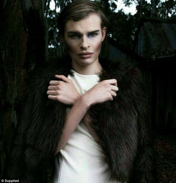 «Один из моих друзей сказал мне, что я выгляжу очень интересно и что я должна начать карьеру модели,