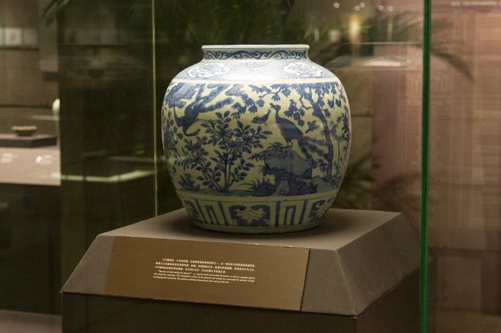 Ваза из бело-голубой керамики, Музей района Хайдянь