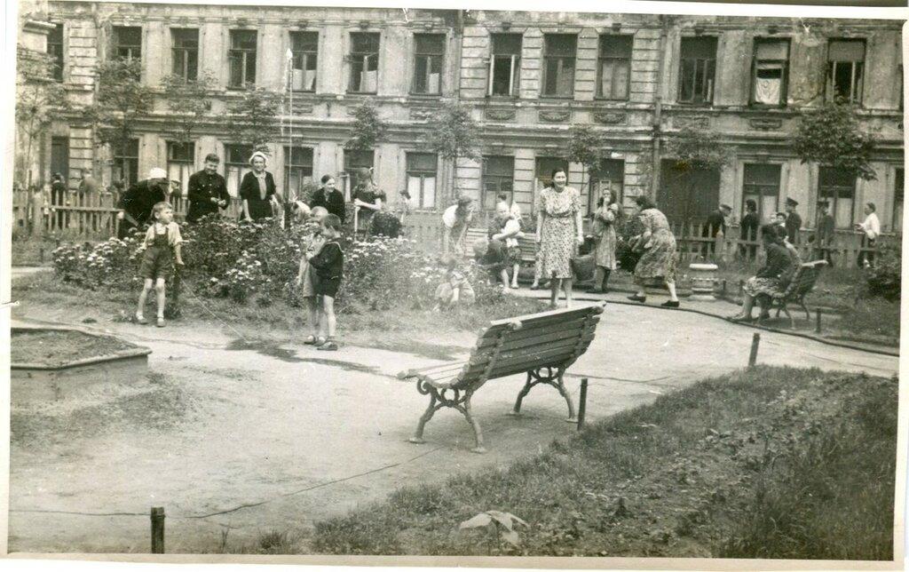 419123 У дома № 9 по Климентовскому переулку. Сквер кон. 1950-х.jpg