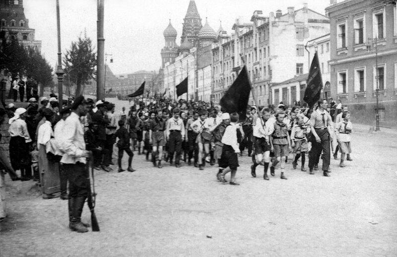 502476 Пионеры после первомайской демонстрации 1930 Семен Ильин из архива Ивана Второва.jpg