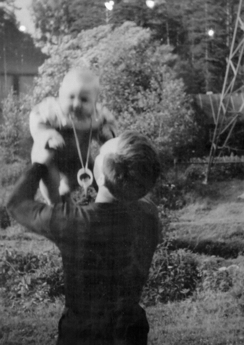 1963. Владимир Высоцкий с сыном Аркадием на станции «Отдых», 29 июля