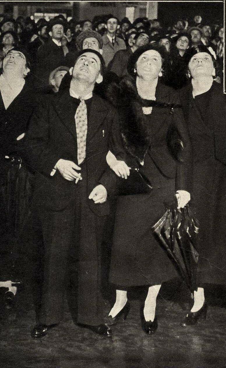 1936. Чтение газет на электронном табло