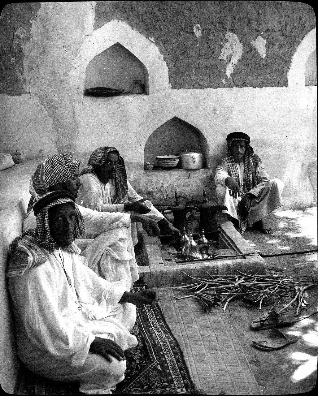 Саудовская Аравия. Эль-Хуфуф. Приготовление кофе