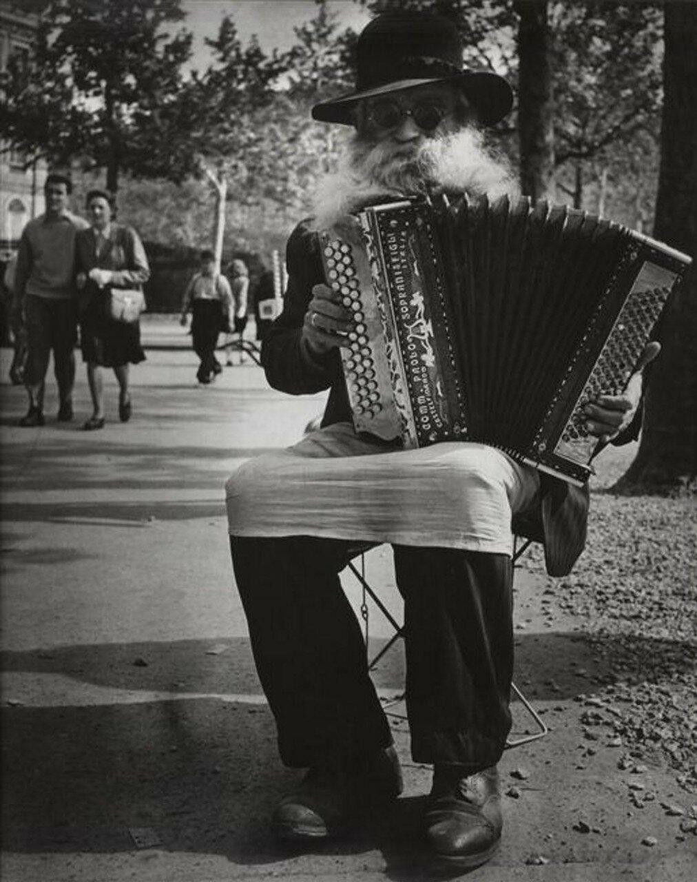 1946. Гармонист
