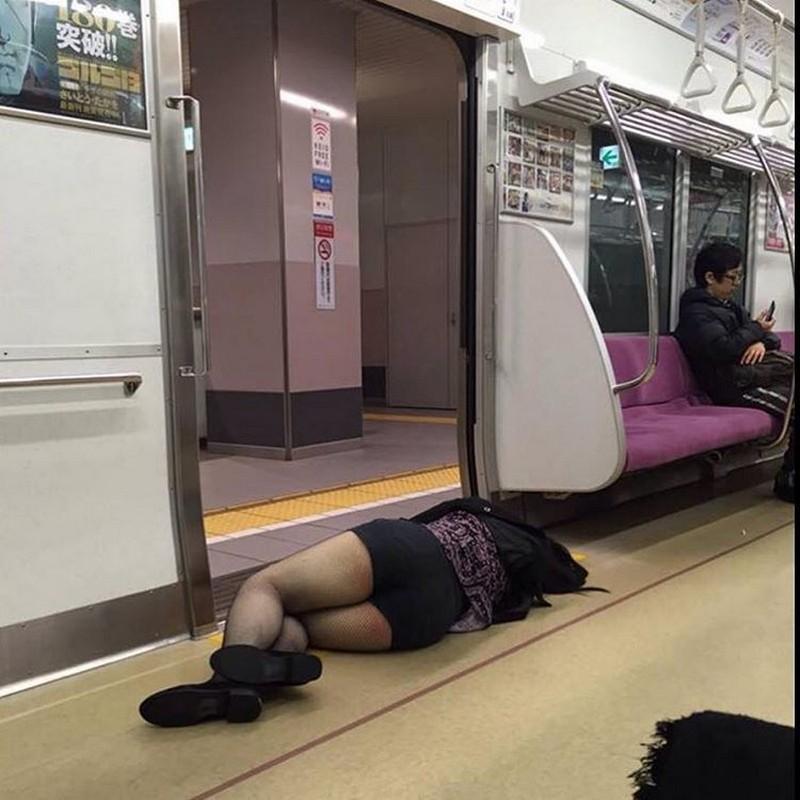 Спят уставшие японцы