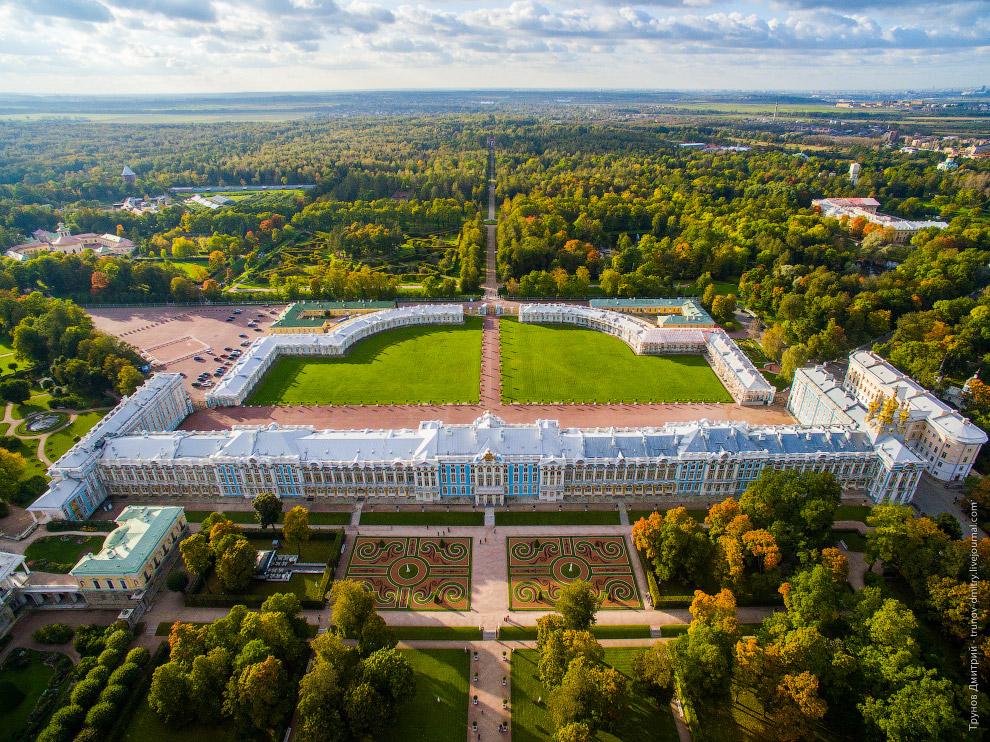 4. Полетать удалось над всем парком. Екатерининский дворец — бывший императорский дворец, офици