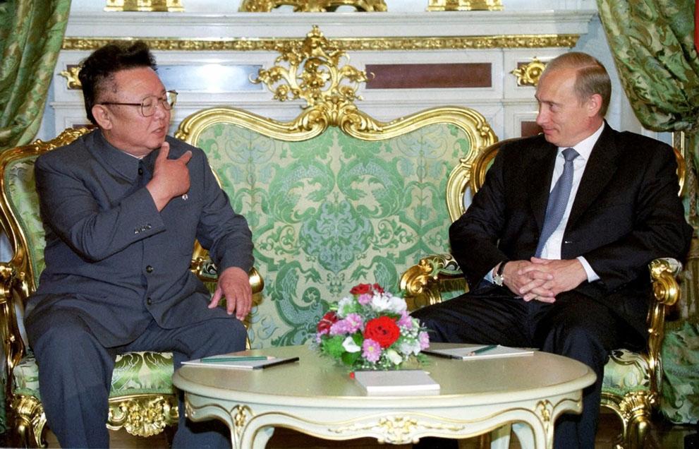 13. Президент России Владимир Путин с Ким Чен Иром на встрече в Москве 4 августа 2001 года. (AP Phot