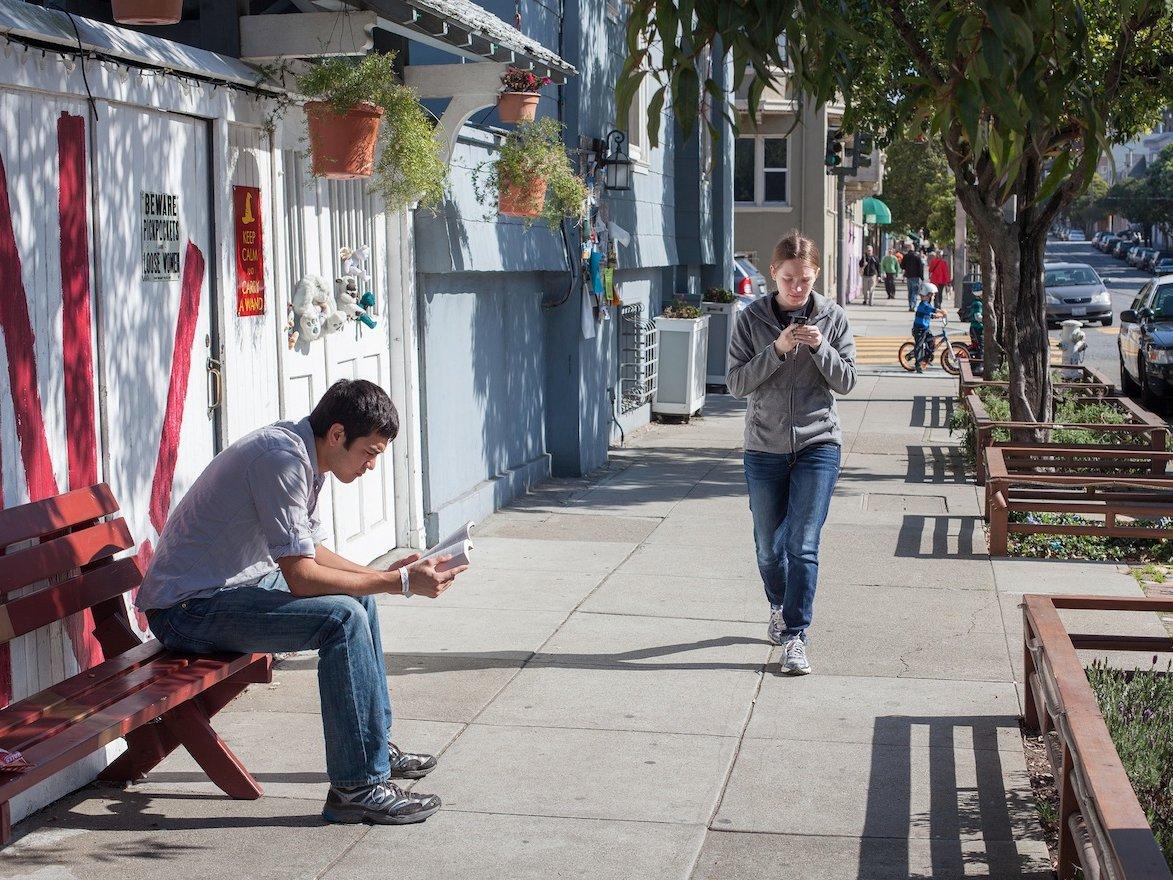 Мозг не может одновременно контролировать процесс ходьбы и использования мобильного телефона, поэтом