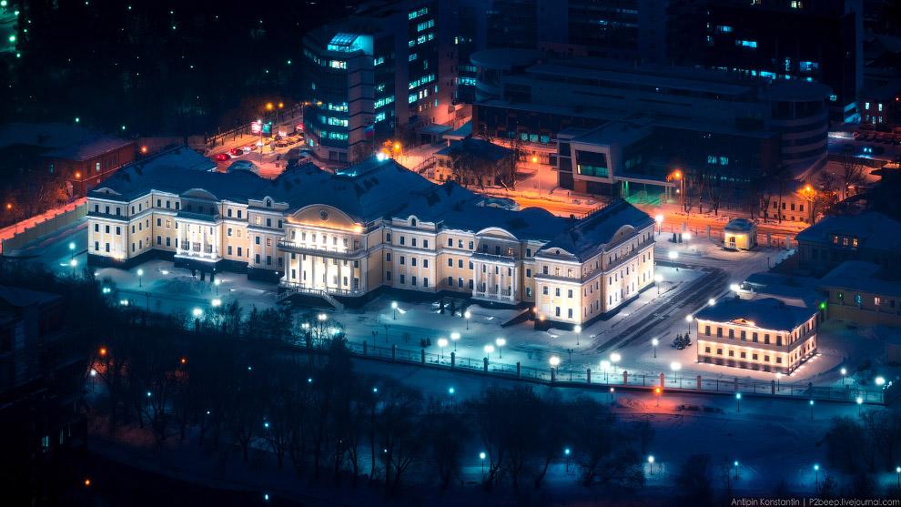 39. Площадь 1905 года. По сути — огромная парковка напротив Администрации.