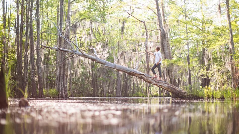 10. Женщина-отшельник посреди большого нетронутого болота, которых много вблизи Нового Орлеана.