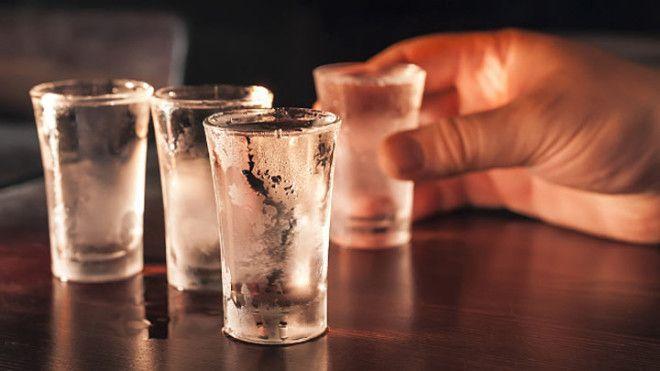 Отказываться от водки и смешивать ее в России нельзя. Её пьют в чистом виде, так как считается, что