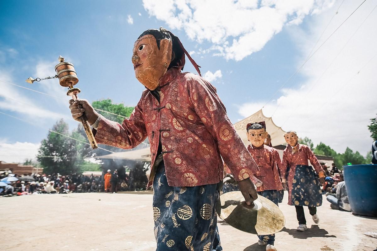 29. Вместе с ним выбежало несколько мальчиков-монахов, изображавших его слуг, вредных духов.